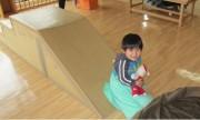 子どもたちには大人気のダンボールすべり台